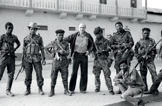 <p>Ryszard Kapuściński con i soldati, Angola, 1975</p>