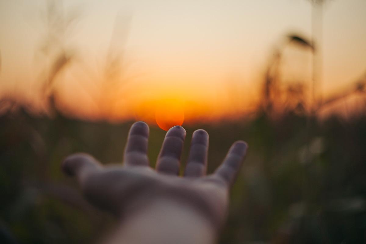 mano tesa verso il sole