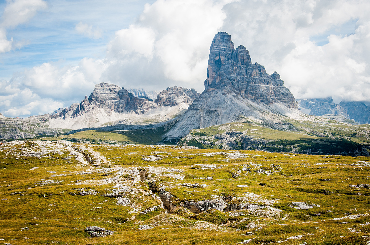 montagna alpina con prato verdeggiante e rocce
